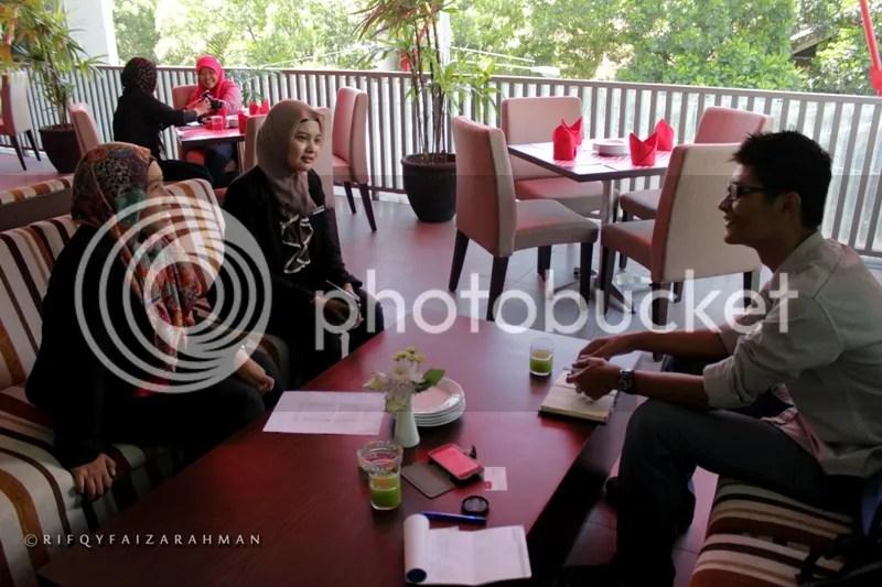 Mas Kurniawan (paling kanan) berbincang sejenak dengan Rizky Dwi Utami, Executive Secretary Hotel Horison Ultima Malang (tengah) dan Citra Chatami Aprilia di Vertical Lounge Restaurant