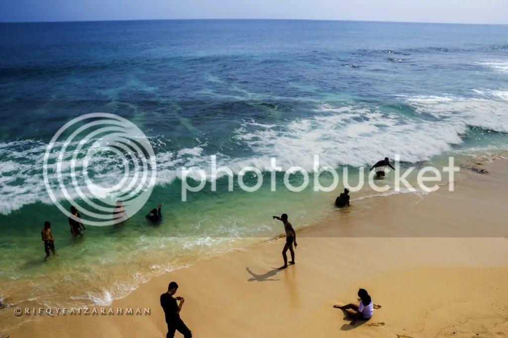 Pantai Banyu Tibo saat ramai pengunjung. Foto tahun 2014, saat saya pertama ke sini.