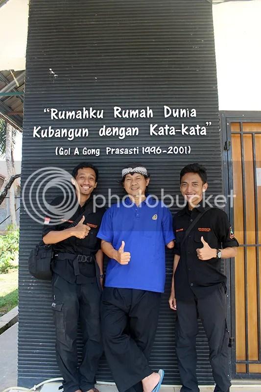 Saya dan Muchlis ikut mengacungkan jempol bersama Om Gol A Gong (Foto di teras gedung auditorium Surosowan Rumah Dunia)