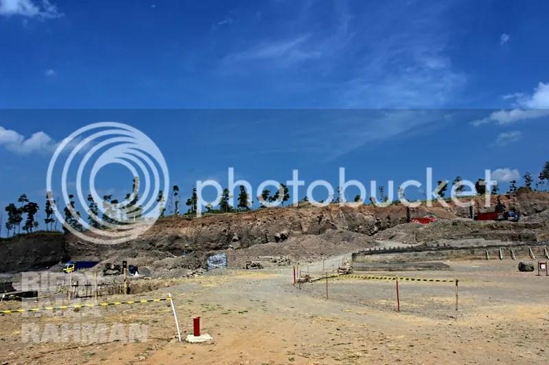 Penambangan pasir dan proses ekskavasi masih berdampingan sampai saat ini