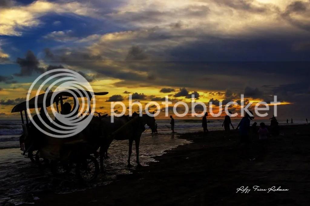 Bukan hanya saya yang menyaksikan sunset di Pantai Parangtritis