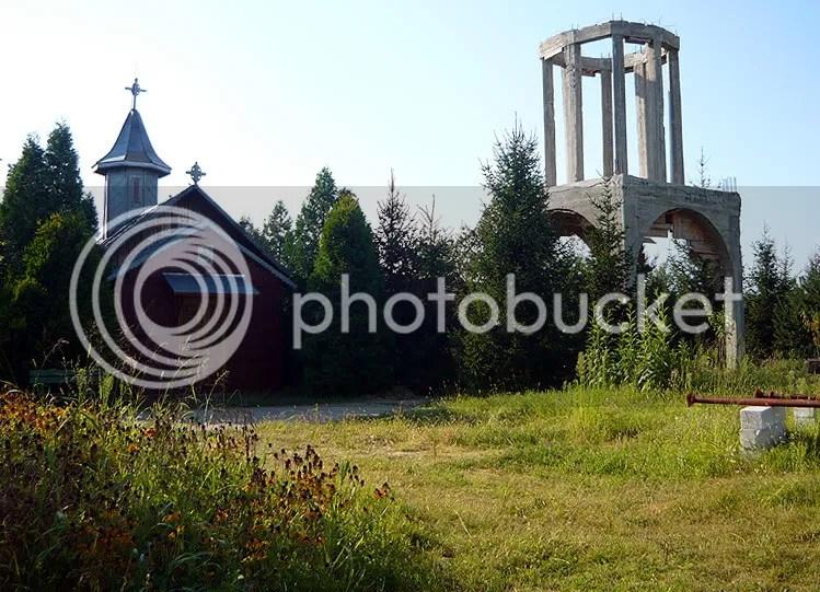 Biserica de lemn si Clopotnita in constructie