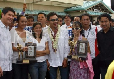 Pacquiao & city officials at airport