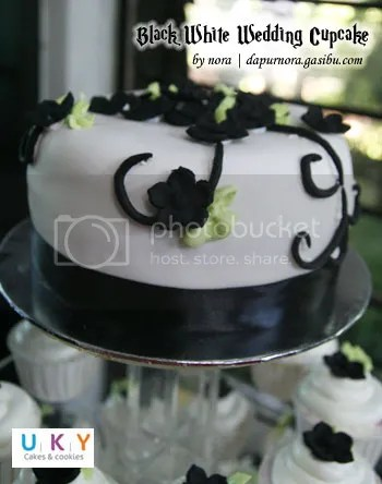 Black White wedding cupcake bandung