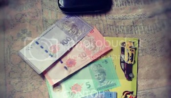Masuk duit didalam sampul duit Raya