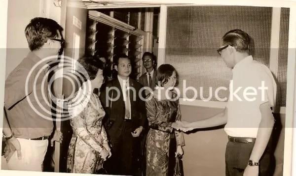 https://i0.wp.com/i86.photobucket.com/albums/k88/suonglam_2006/SLtunghiepBXH/SbattayGiamDocSingapore1970.jpg