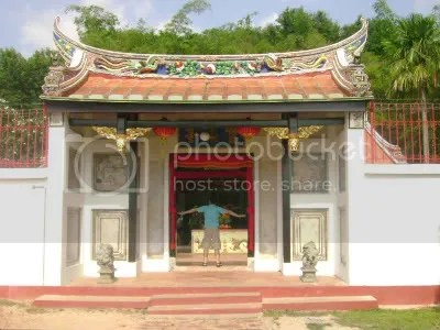 taken at the gates of Poh San Teng Temple (circa 2007 again!)
