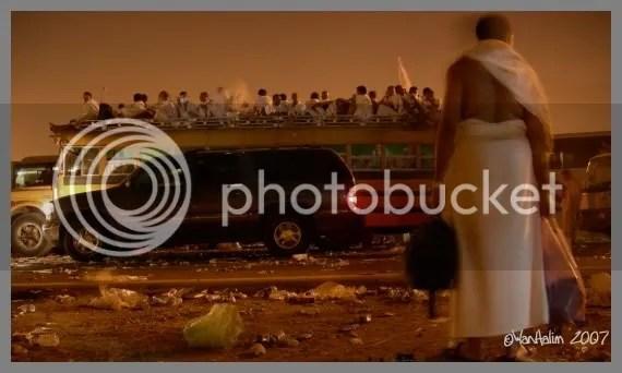 Menunggu Bas Di Arafah
