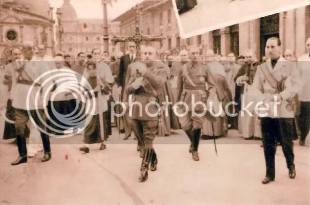 Después de Pelayo, y antes que el arzobispo Osoro la levantase, Francisco Franco ya enarboló el actual simbolo del Principado de Asturias, destruido por los mineros en 1934, y por un ladrón en 1977
