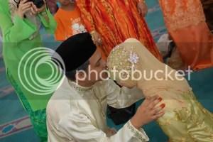 Wet Kiss ciuman halal setelah menikah gambar berciuman suami istri