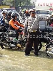Polisi mengatur lalu lintas saat banjir.