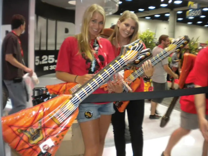 Guitar Comic-Con 2011 girls 2