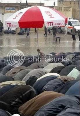 Solat bertemankan payung