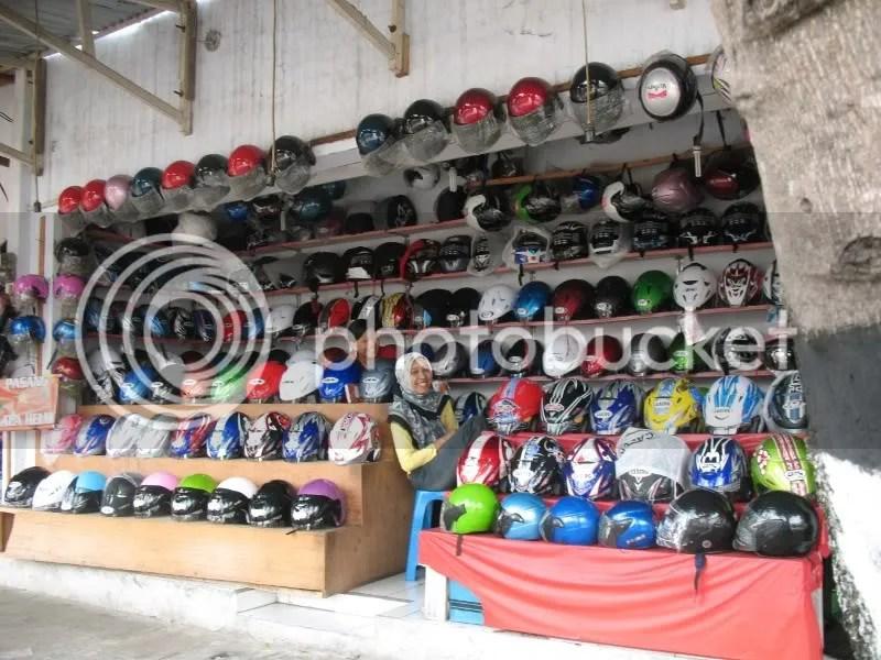 Mbak-mbak penjaga toko helm