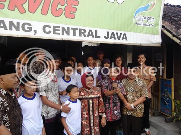 Ibu Dahlan Iskan di Desa Bahasa Magelang