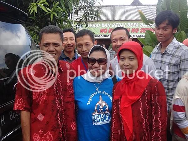 Ibu Nafsiah Dahlan dengan Direktur dan Istri Direktur Desa Bahasa