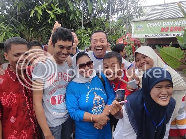 Ibu Nafsiah Dahlan dan Murid-Murid Desa Bahasa