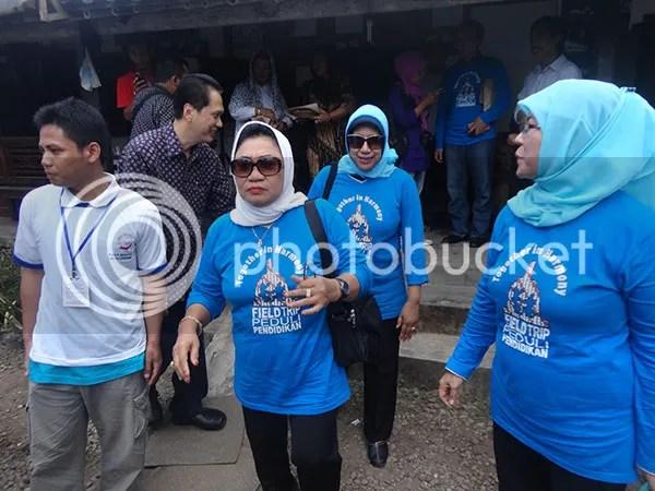 Ibu Nafsiah Dahlan di Desa Bahasa