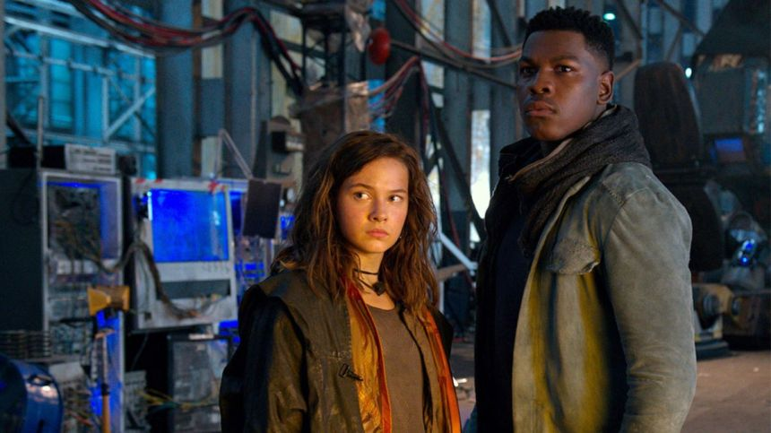 John Boyega and Cailee Spaeny in Pacific Rim: Uprising (2018)