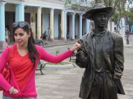 Our city guide (l) with Benny More statue