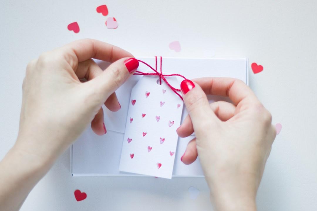 """invitación desplegable hecha con una caja. Visto en """"IamaMessBlog"""""""