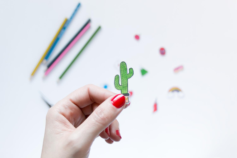 Diy aprende a hacer tus propios pins for Papel pintado plastificado
