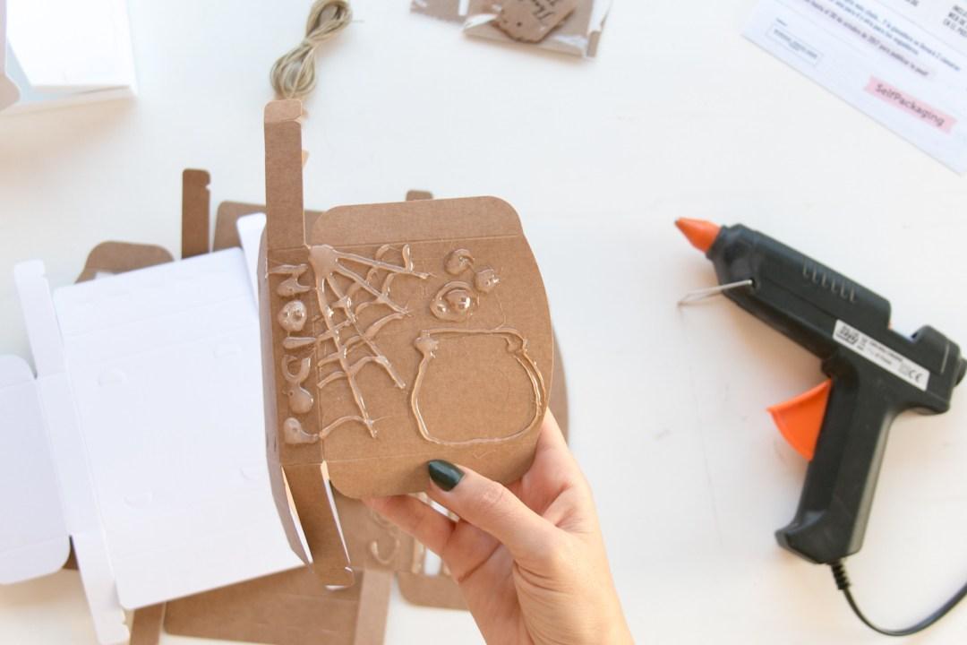 """DIY customiza tus cajas para Halloween, visto en """"I am a Mess Blog"""""""