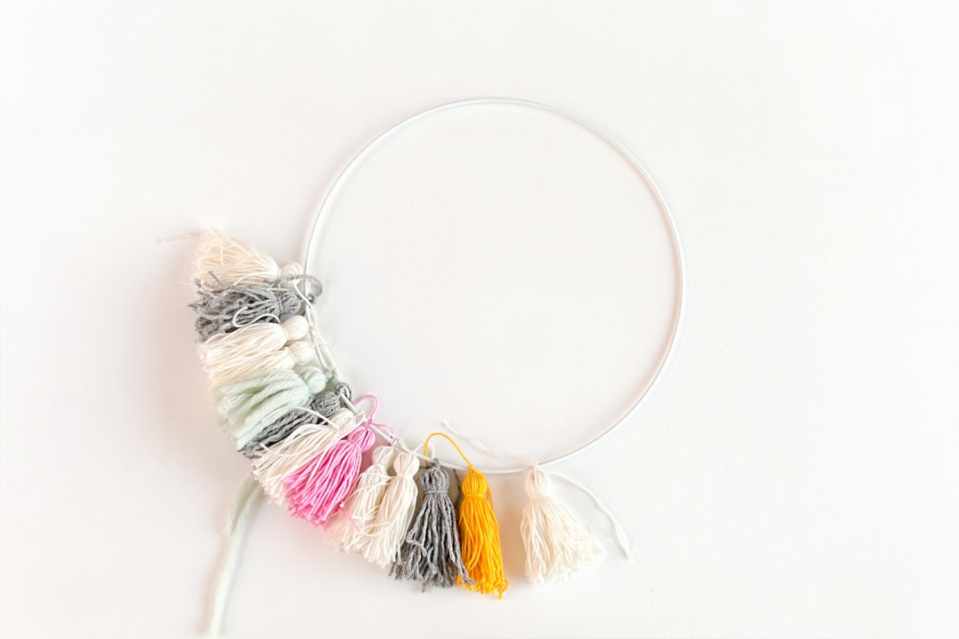 "lampara con borlas DIY - paso 1, visto en ""I am a Mess Blog"""