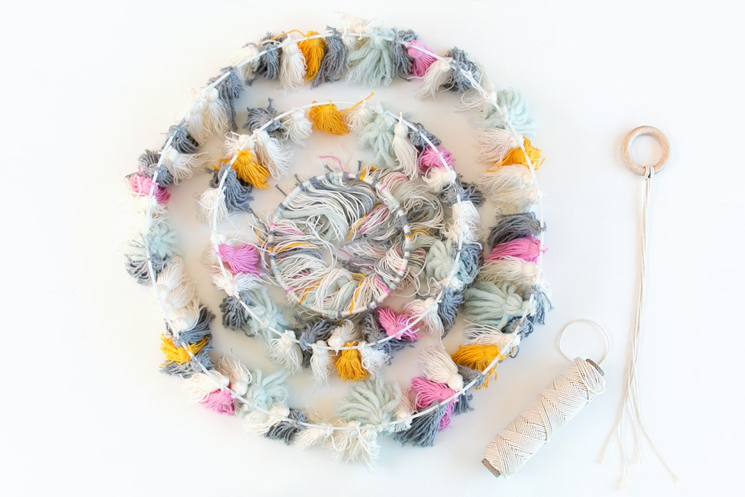 "lampara con borlas DIY - paso 4, visto en ""I am a Mess Blog"""