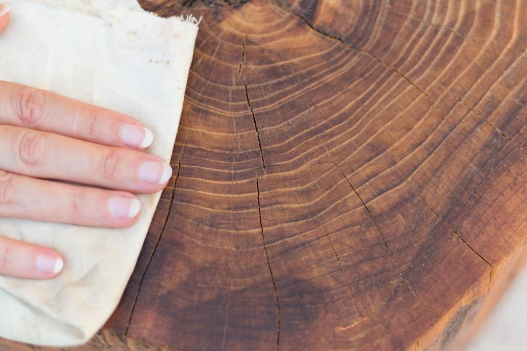 """Cómo hacer una mesita con un tronco diy, paso 5, visto en """"I am a Mess Blog"""""""