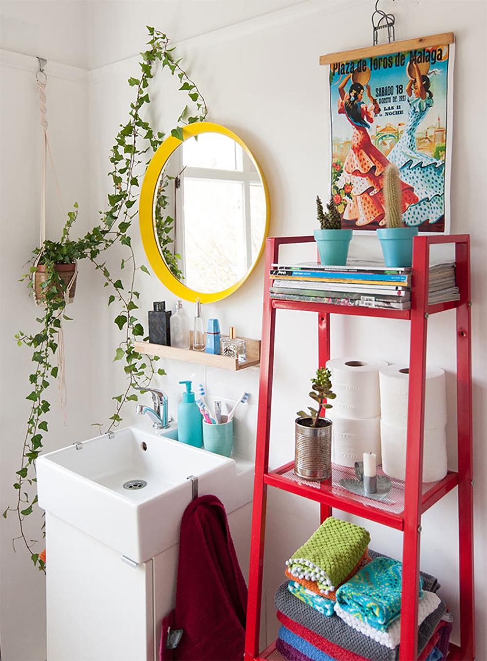 """10 Baños coloridos y alegres, visto en """"I am a Mess Blog"""""""
