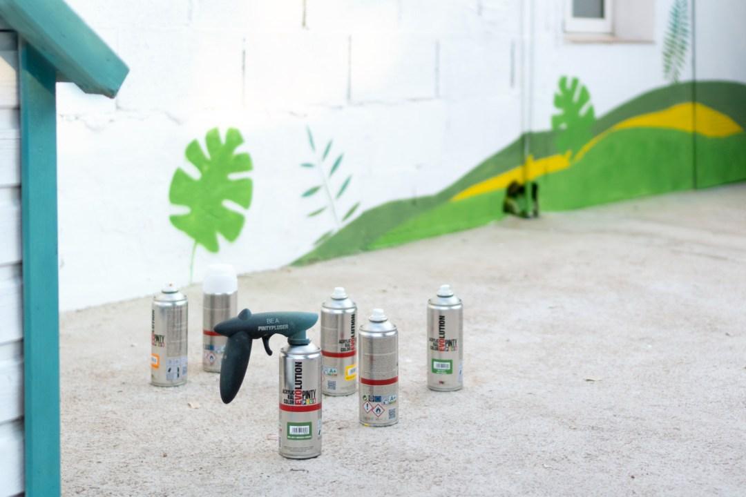 renovando la protectora de animales, acceso decorado con spray