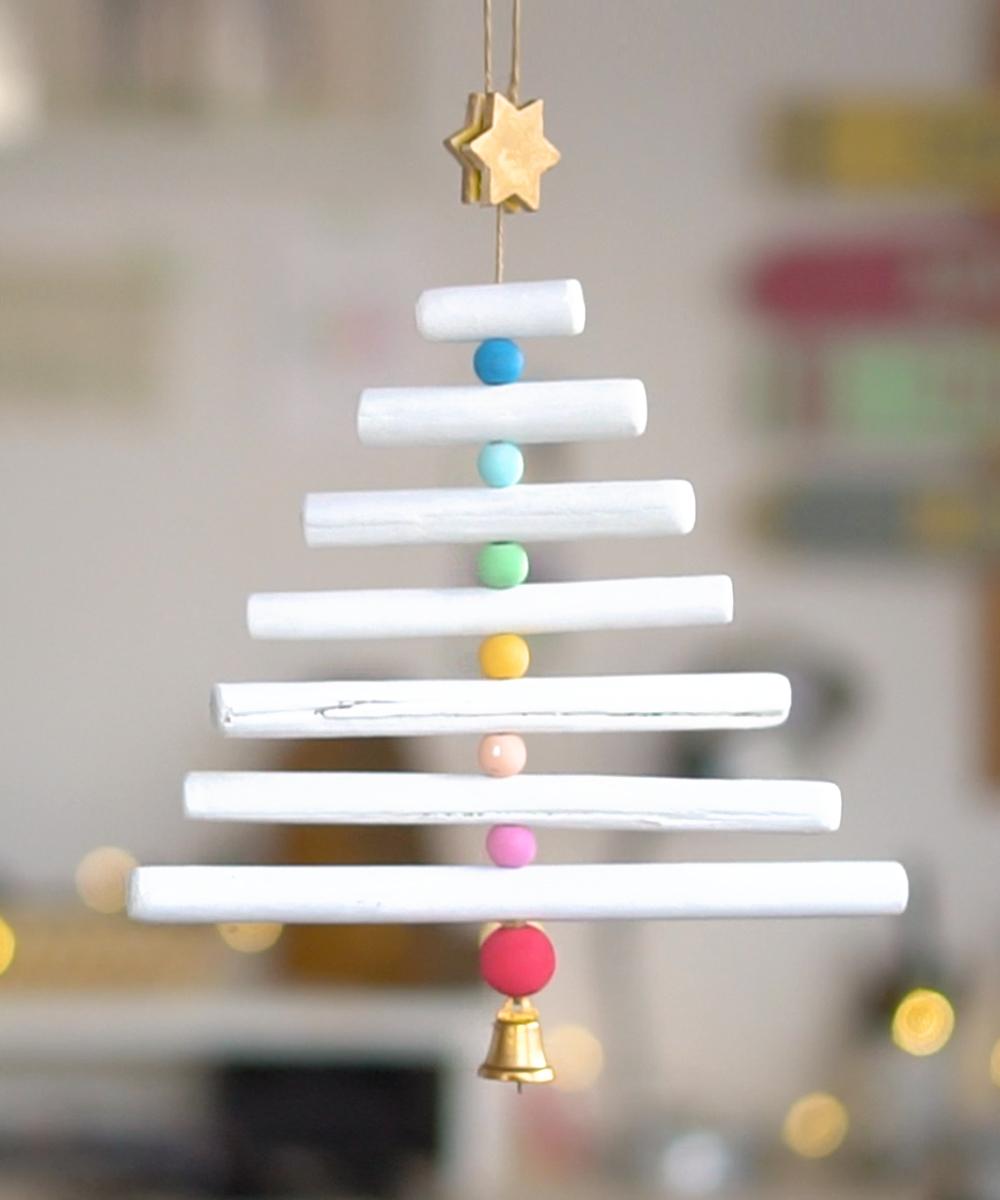 Arbolito de navidad colgante hecho con palos