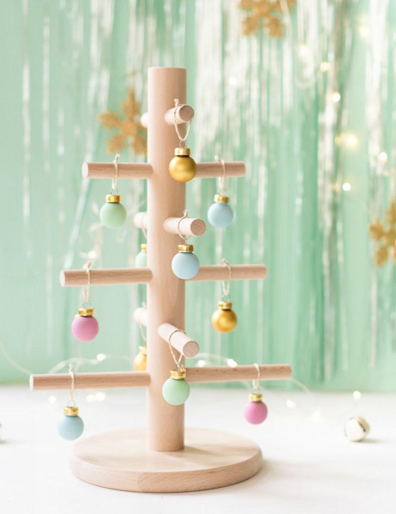 """Árbol de navidad de madera, hecho con un portarrollos de Ikea. Visto en """"I am a Mess Blog"""""""