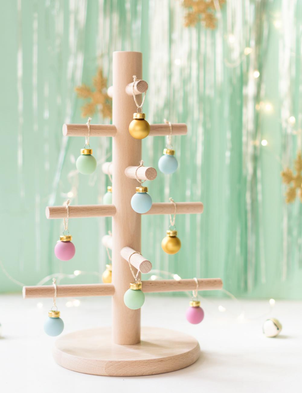 Árbol de navidad de madera, hecho con un portarrollos de Ikea. Visto en