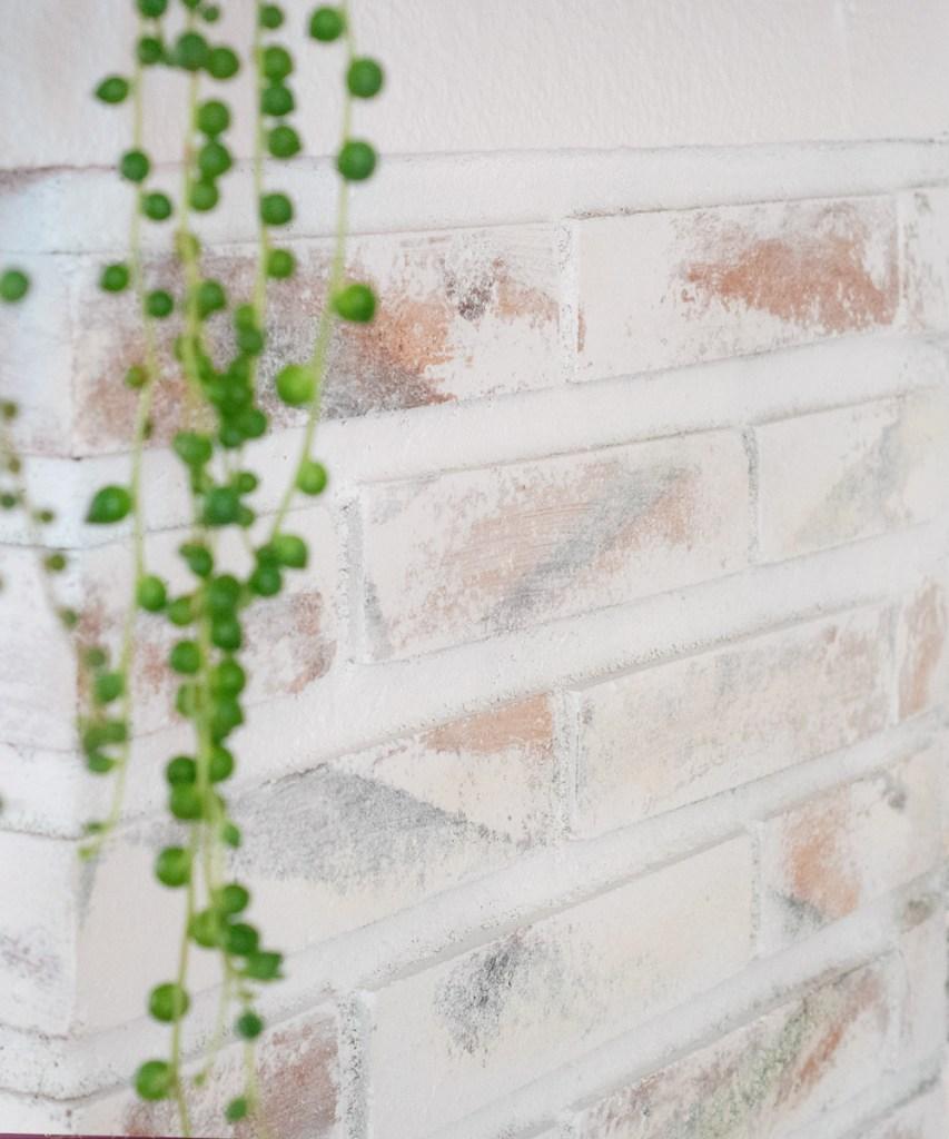 Detalle del ladrillo pintado, como pintar una chimenea de blanco con efecto desgastado