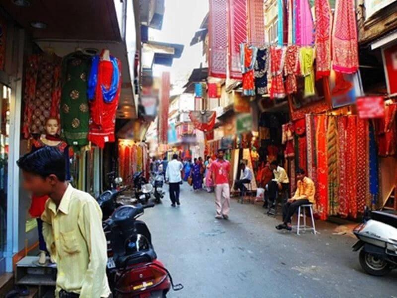 रायपुर में आनलाइन को कड़ी टक्कर देने के लिए अब पंडरी कपड़ा बाजार में त्योहार उत्सव