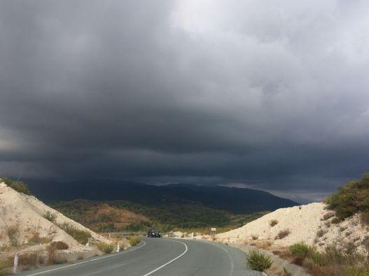 Ein Gewitter kommt näher auf den Straßen von Zypern