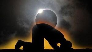 gerhana-bulan-bakal-berlaku-petang-nanti-ini-panduan-solat-sunat-buat-umat-islam