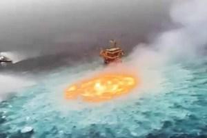 video-saluran-paip-terbakar-membentuk-lautan-api-di-tengah-laut