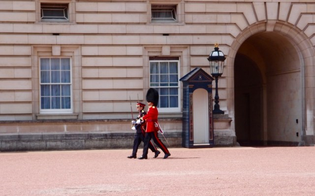 London Sightseeing - Buckingham Palace Guard - http://iamsherrelle.com