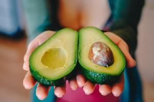 eat avocado to improve your diet
