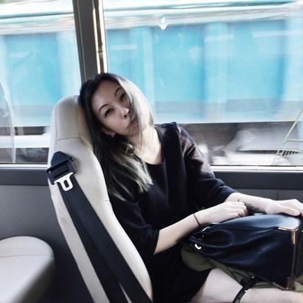 在車上,累壞了好渴睡的樣子