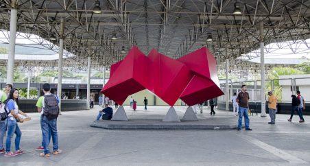 Obra: Modulación Roja (1989). Autor: Rafael Martínez, hierro pulido y laqueado en acrílico. Colección Metro de Caracas, estación La Paz. Fotografía: Luis Chacín.