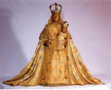Imagen de Ntra. Sra de Guadalupe de Extremadura con vestidos originales del siglo XVIII. Escultura de vestir.