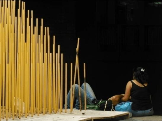 Usuarios se sientan en el muro que rodea la obra