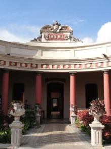 Entrada principal de la Villa Santa Inés, con jardines laterales y emblema superior con título de la villa y monograma superior del General Joaquín Crespo. Foto: Eduardo Tovar Zamora.