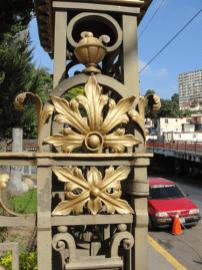 Detalle de la reja principal de la entrada a la Villa Santa Inés. Foto: Eduardo Tovar Zamora.