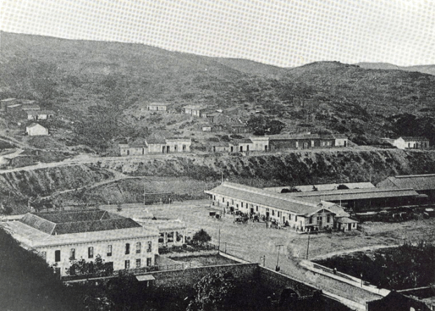 Vista este de la villa, donde se aprecian los dos niveles de la planta y el techo concéntrico hacia el patio central ovalado. Ca. 1900.