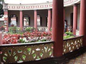 Vista lateral de la exedra y jardín interno. Foto: Eduardo Tovar Zamora.